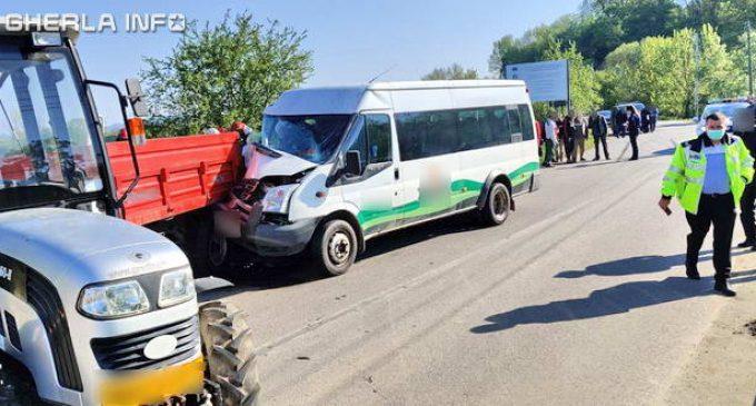 VIDEO: Accident la Jucu între un microbuz transport persoane și un tractor