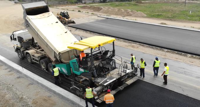 O echipă de asfaltatori greci care au stat 14 zile în carantină la sosirea în România, asfaltează la foc automat pe lotul 2 al autostrăzii Sebeș-Turda