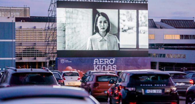 IDEI după carantină: Parcarea aeroportului din Vilnius, transformată într-un cinematograf în aer liber (VIDEO)