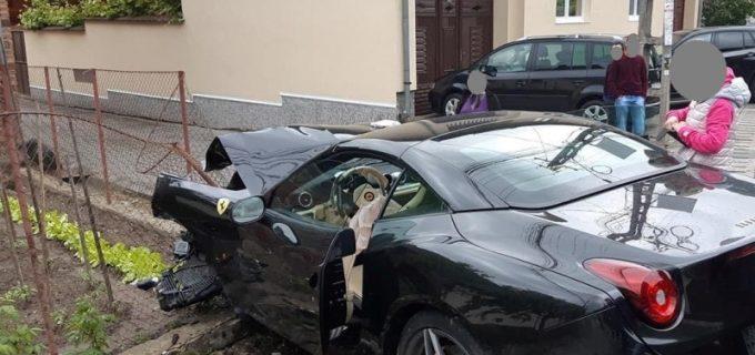 Ferrari făcut praf într-un accident auto cu două autoturisme implicate