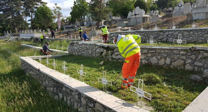 Actiune de curătenie în Cimitirul Eroilor, derulată de Primăria Turda