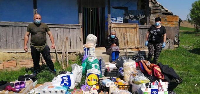 Gest impresionant. Voluntari din Câmpia Turzii au ajutat o bătrânică din Pădureni