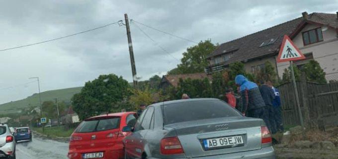 Accident rutier cu două autoturisme în Vâlcele. Traficul a fost blocat.