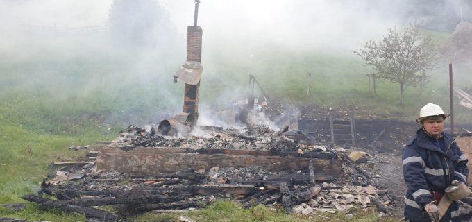 CERT Transilvania va duce un container de locuit complet mobilat familiei din Băișoara a cărei casă a ars complet