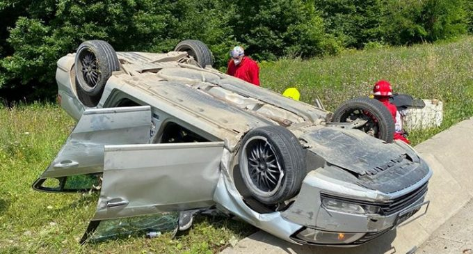 Un conducător auto de 61 de ani din Turda s-a răsturnat cu mașina pe centura Vâlcele. 2 persoane au ajuns la spital.