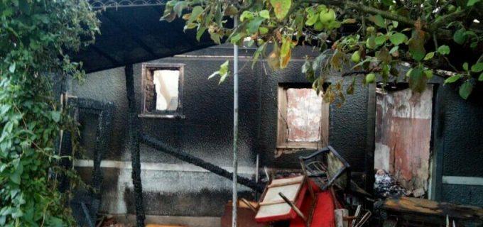 Incendiu la două case din Viișoara. Interventia pompierilor a durat patru ore