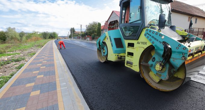 VIDEO: S-a așternut primul strat de asfalt pe o porțiune importantă a străzii Alexandru Ioan Cuza!
