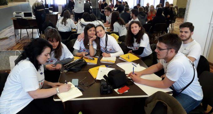 """Membrii echipelor de proiecte europene de la CNMV Turda se alătură campaniei : """"You can do it, teacher! We believe in you!"""" – Erasmus+"""