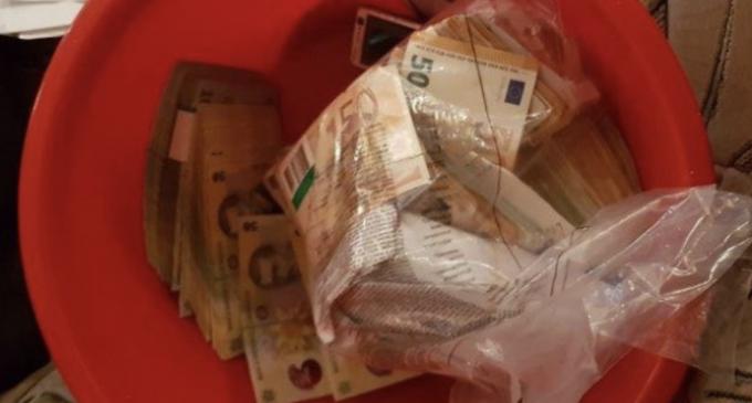 1 milion de € ascunși în ligheane și găleți de angajații de la Permise și RAR