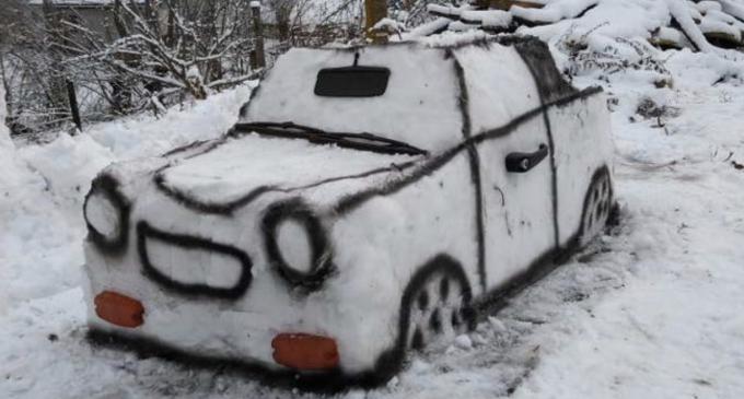 Un tânăr din Cluj a construit un TRABANT din zăpadă – FOTO