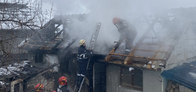 Incendiu puternic în Câmpia Turzii. Au intervenit 3 autospeciale