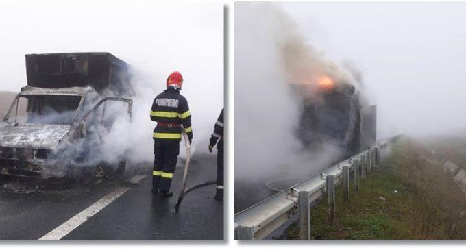 Autoutilitară cuprinsă de flăcări pe autostrada Turda-Gilău