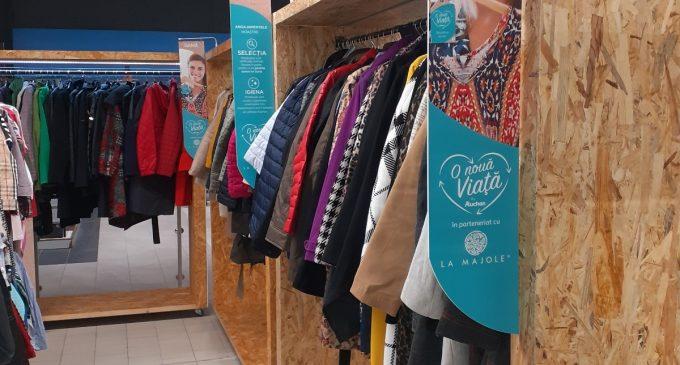 """Auchan vinde haine second-hand: Prin programul """"O nouă viață"""" susținem un consum responsabil de haine"""