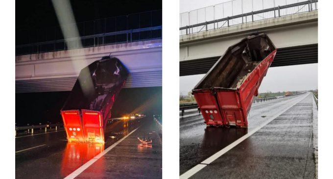 FOTO-VIDEO: Circulație cu restricții pe autostrada A1 între Sebeș și Orăștie. Remorca unui TIR a lovit un pod