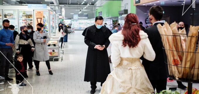 """FOTO/ VIDEO. Nuntă organizată la KAUFLAND: """"Căsătoreşte-te într-un supermarket. Acolo ai voie"""""""