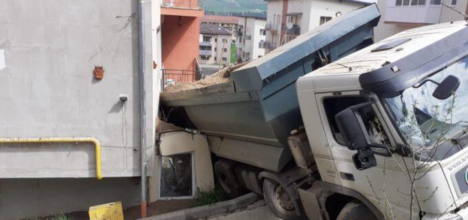 Foto/Video:La un pas de tragedie! O autobasculantă s-a răsturnat peste balconul unui apartament din Florești