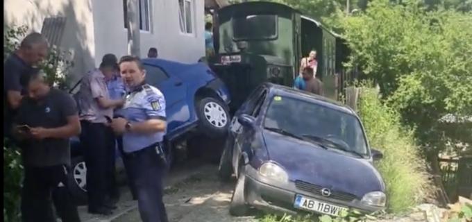 VIDEO: Mocănița turistică a făcut praf două mașini, la Roșia Montană. Protest spontan al locuitorilor