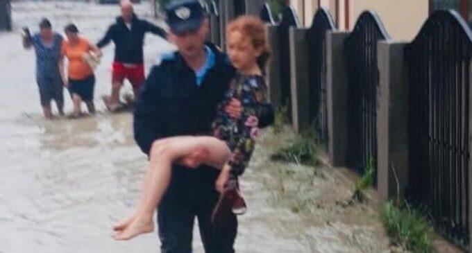 Imaginea zilei! Jandarmii au intervenit în zonele afectate de inundații în munții Apuseni