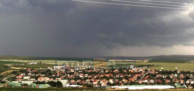 Atenție! Cod PORTOCALIU în județul Cluj: vijelie puternică, grindină, descărcări electrice