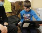 AMoS ED colectează dispozitive vechi, (laptopuri, tablete, telefoane) pe care le restaurează și le donează copiilor pentru a le oferi o șansă la un viitor mai bun